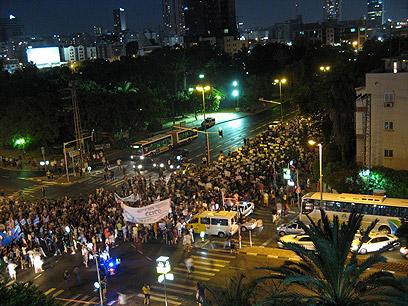 צועדים לעצרת. מבט מלמעלה (צילום: אלעד) (צילום: אלעד)