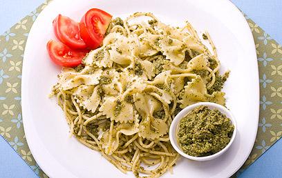 """ספגטי ופסטת """"פפיון"""" ברוטב פסטו טבעי (צילום: ראובן אילת) (צילום: ראובן אילת)"""