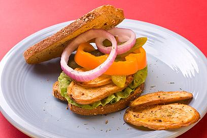 טוסט תפוחי אדמה וירקות בלחם דגנים מלאים (צילום: ראובן אילת) (צילום: ראובן אילת)
