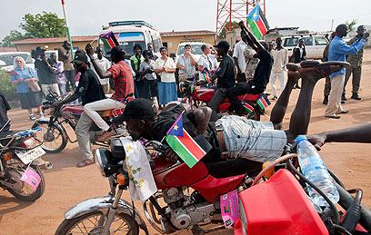 שחיתות והיעדר הכנסות. הדרום סודנים חוגגים בכל זאת (צילום: AFP) (צילום: AFP)