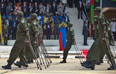 לוחמים שנפצעו צועדים באיצטדיון בג'ובה  (צילום: AFP) (צילום: AFP)