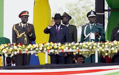 הנשיא קיר מברך את ההמונים בג'ובה (צילום: EPA) (צילום: EPA)