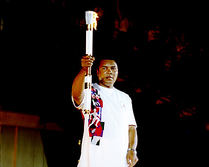 מוחמד עלי עם הלפיד האולימפי (צילום: Gettyimages)