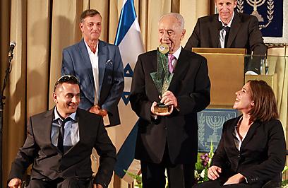 הנשיא שמעון פרס עם ענבל פיזרו ודרור כהן (צילום: חיים צח)