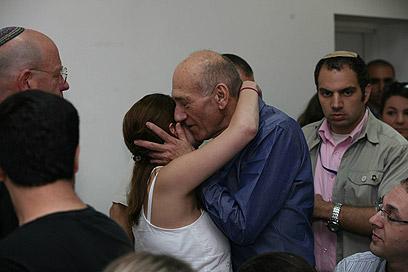 אהוד אולמרט מתחבק עם מקורביו בבית המשפט, הבוקר (צילום: גיל יוחנן) (צילום: גיל יוחנן)