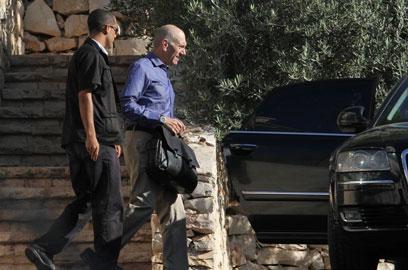 אולמרט יוצא מביתו הבוקר (צילום: גיל יוחנן) (צילום: גיל יוחנן)
