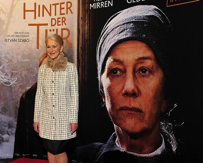 """הלן מירן על רקע הפוסטר של """"מאחורי הדלת"""". מצאו את ההבדלים (צילום: MCT) (צילום: MCT)"""
