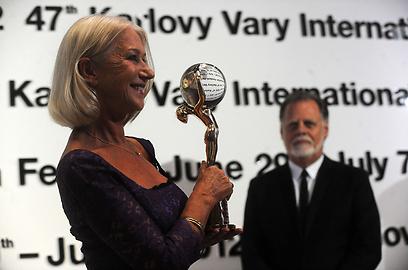 טיילור הקפורד ואשתו הלן מירן וכדור הבדולח שלה (צילום: AFP) (צילום: AFP)