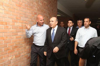 בועז נול (משמאל) ושאול מופז לפני הישיבה בכנסת (צילום: גיל יוחנן) (צילום: גיל יוחנן)