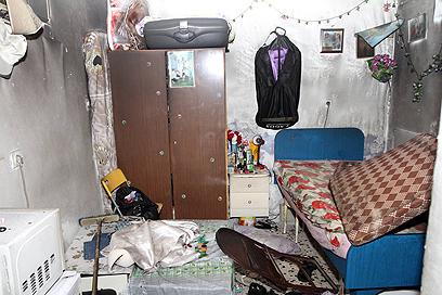 המשטרה איתרה במקום בדים ספוגים בחומר בעירה (צילום: גיל יוחנן) (צילום: גיל יוחנן)