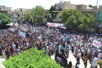 מפגינים נגד משטר אסד באידליב (צילום: רויטרס) (צילום: רויטרס)