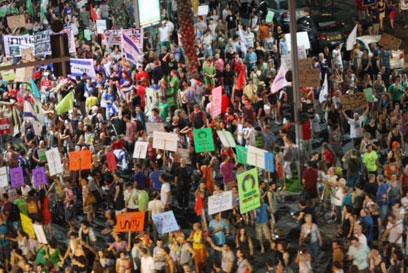 המפגינים במרכז העיר, הערב (צילום: מוטי קמחי) (צילום: מוטי קמחי)