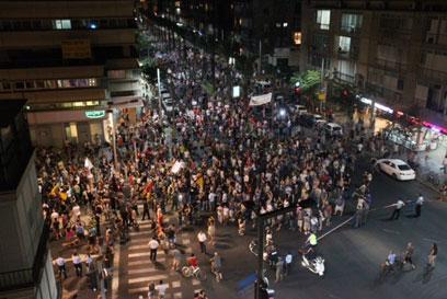 המפגינים מגיעים לרחוב קפלן (צילום: מוטי קמחי) (צילום: מוטי קמחי)