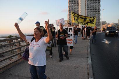 """ההפגנה בחוף תל-אביב. """"להקים מפלגה חברתית"""" (צילום: ירון ברנר) (צילום: ירון ברנר)"""