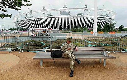 אבטחה צמוד לכפר האולימפי בלונדון (צילום: רויטרס) (צילום: רויטרס)