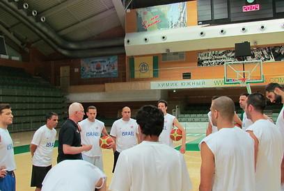 השחקנים באימון באולם ביוז'ני (צילום: איגוד הכדורסל) (צילום: איגוד הכדורסל)