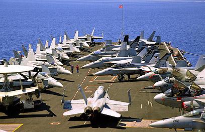 """בדרך לאזורנו. נושאת המטוסים """"יו אס אס ג'ון סטניס"""" (צילום: AP) (צילום: AP)"""
