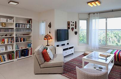 הקיר ריק וזורחים על פניו ספוטים של תאורה שמאפשרים עמעום בעת צפייה בטלוויזיה (צילום: שי אפשטיין) (צילום: שי אפשטיין)