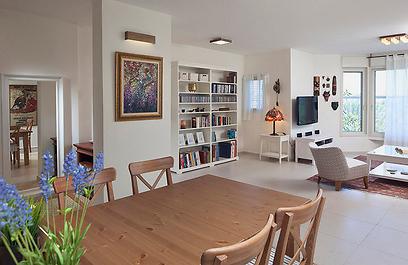 השבירה המחושבת של קוי הקירות יצרה מעבר טבעי בין הסלון (צילום: שי אפשטיין) (צילום: שי אפשטיין)