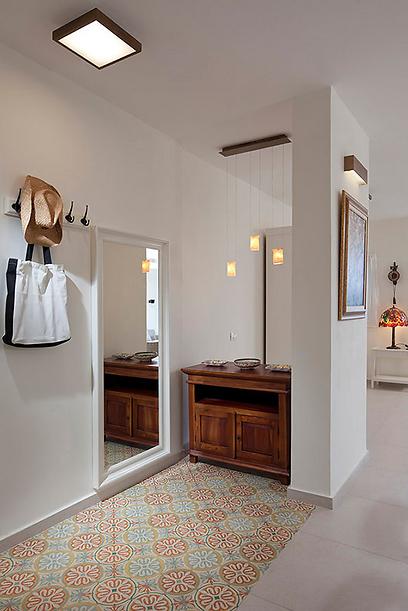 מבואת הבית משדרת את האופי של הדירה כולה (צילום: שי אפשטיין) (צילום: שי אפשטיין)