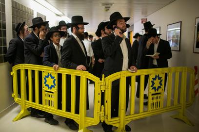 עשרות רבנים, אישי ציבור ותלמידים נהרו לבית החולים כדי להשתתף באבל ולהיפרד מרבם (צילום: אוהד צויגנברג) (צילום: אוהד צויגנברג)