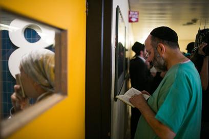 מוקדם יותר היום נערכו תפילות בבית החולים לרפואתו של הרב אלישיב, לאחר שחלה הידרדרות נוספת במצבו (צילום: אוהד צויגנברג) (צילום: אוהד צויגנברג)