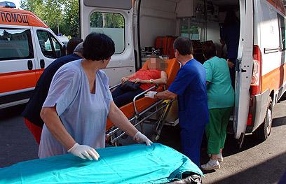 אחת הפצועות מובאת לבית החולים (צילום: AFP) (צילום: AFP)