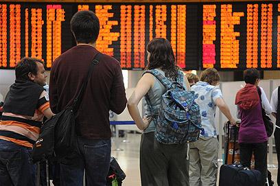 """הרהורים מול לוח הטיסות, הלילה בנתב""""ג (צילום: ירון ברנר) (צילום: ירון ברנר)"""