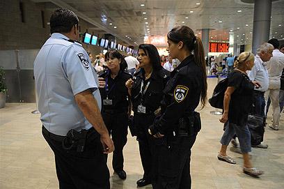 """נוסעים ושוטרים בנתב""""ג, אמש (צילום: ירון ברנר) (צילום: ירון ברנר)"""