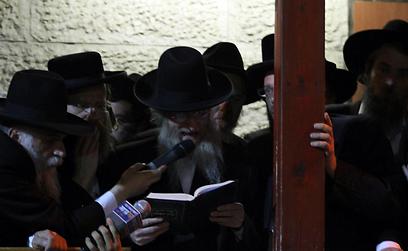 אף שהרב אלישיב ביקש בצוואתו כי לא יספידו אותו, נשא חתנו, הרב יצחק זילברשטיין, מספר מילות הספד ופרידה (צילום: גיל יוחנן) (צילום: גיל יוחנן)