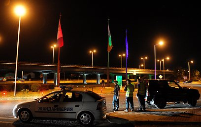 שוטרים בשדה התעופה בבורגס, הלילה (צילום: AFP) (צילום: AFP)