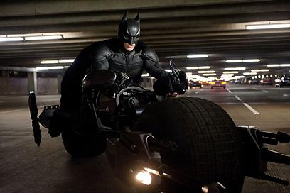 """באטמן על אופנוע העטלף ב""""עלייתו של האביר האפל"""" ()"""