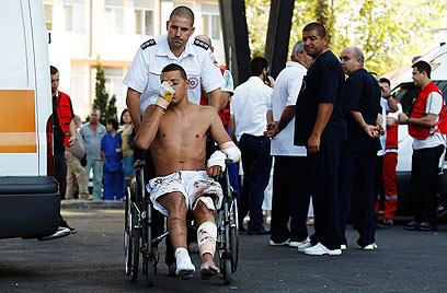פינוי הפצועים למטוסי ההרקולס הישראליים (צילום: רויטרס) (צילום: רויטרס)