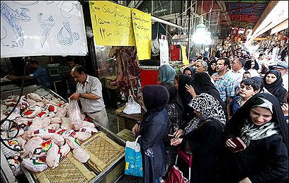 המחירים זינקו בשנה האחרונה, והתורים לעוף בטהרן הולכים ומתארכים ()