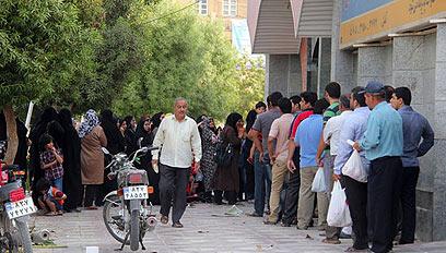 עומדים בתור לעוף באיראן, המחירים עולים מדי יום ()
