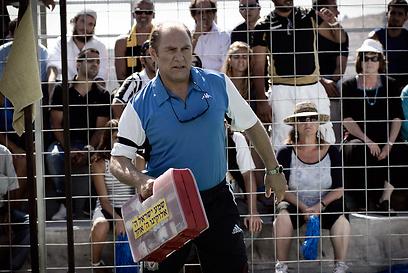 """צחי גראד כמאמן כדורגל ב""""הדילרים"""" (צילום: רן מנדלסון) (צילום: רן מנדלסון)"""