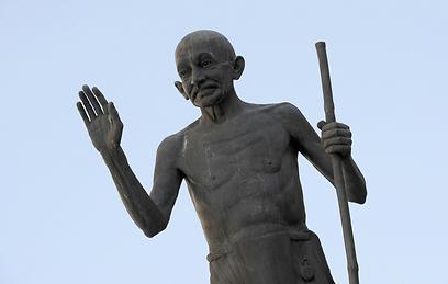 פסלו של גנדי בהודו (צילום: AFP) (צילום: AFP)