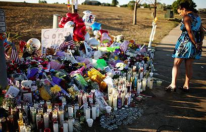 אתר זיכרון לקורבנות הטבח באורורה, כמה ימים אחרי (צילום: AFP) (צילום: AFP)