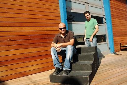 עידן אבישר ויואב מיכאלי בפתח המרכז לפרינג' באר שבע ()