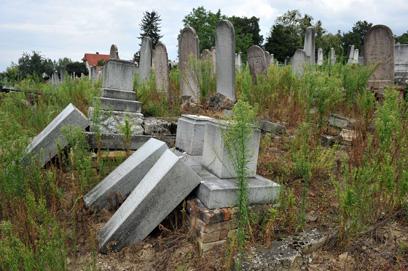 אנשי הימין הקיצוני השחיתו את הקברים בקפושבאר? (צילום: AFP) (צילום: AFP)