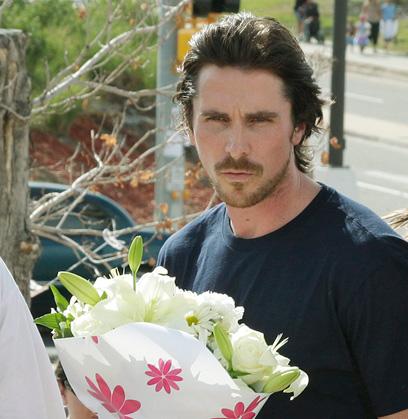 כוכב באטמן כריסטיאן בייל מניח פרחים אחרי הטבח (צילום: AP) (צילום: AP)