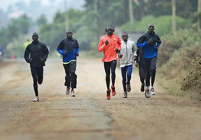 דיויד רודישה מתאמן עם חבריו. לפחות הוא שיכנע (צילום: AFP) (צילום: AFP)