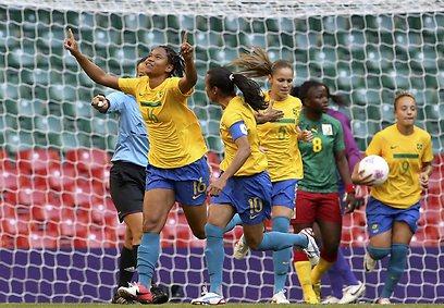 רנאטה והברזילאיות חוגגות על קמרון (צילום: EPA) (צילום: EPA)
