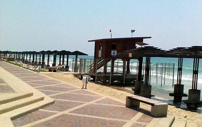 חוף דדו בחיפה. החול נעלם (צילום: יעל לב) (צילום: יעל לב)