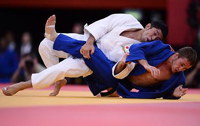 """טומי ארשנסקי מול היפני הירואקי הירואקה. """"פיזית - הוא לא יותר חזק"""" (צילום: AFP) (צילום: AFP)"""