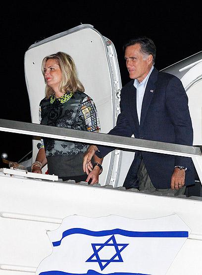 רומני ואשתו נוחתים בארץ. נתניהו הולך על הקצוות (צילום: AP)