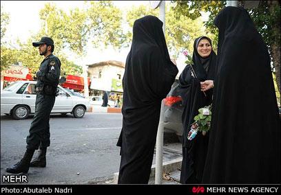 שוטר מלווה ובודק שכל פרח מגיע ליעדו (צילום: MEHR) (צילום: MEHR)