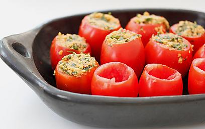 מחכות למילוי - עגבניות תמר (צילום: מיכל וקסמן) (צילום: מיכל וקסמן)