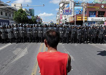 מפגין מול שוטרים. שני שוטרים נגררו לקהל והוכו (צילום: AP) (צילום: AP)