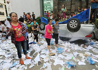 כמה מפגינים פרצו למשרדים והשליכו מסמכים מהחלונות (צילום: AP, Kyodo News) (צילום: AP, Kyodo News)